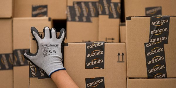 Un magazzino Amazon, marchio leader di e-commerce interessato a Bompiani