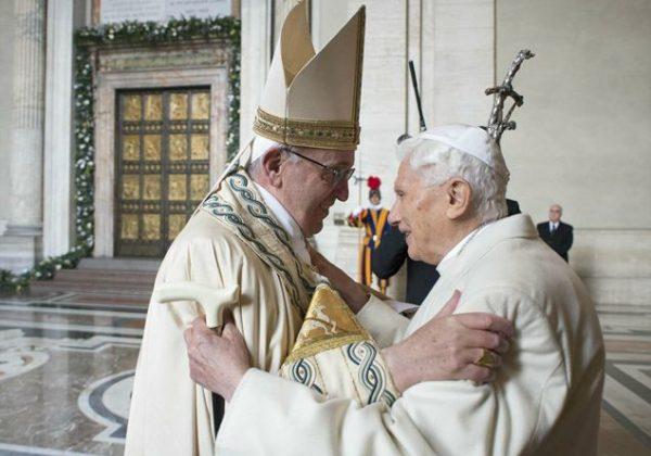 Papa Francesco e Ratzinger in uno dei tanti momenti di incontro in Vaticano