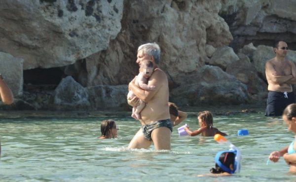 Nichi Vendola con il figlio Tobia in un momento di relax