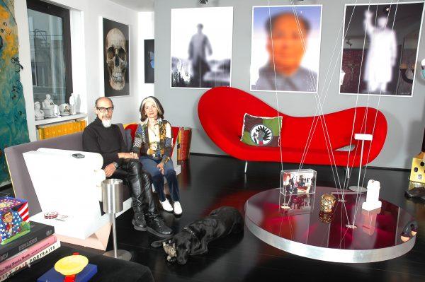 Roberto D'Agostino con la moglie Anna Beatrice Federici nella loro casa sul Lungotevere