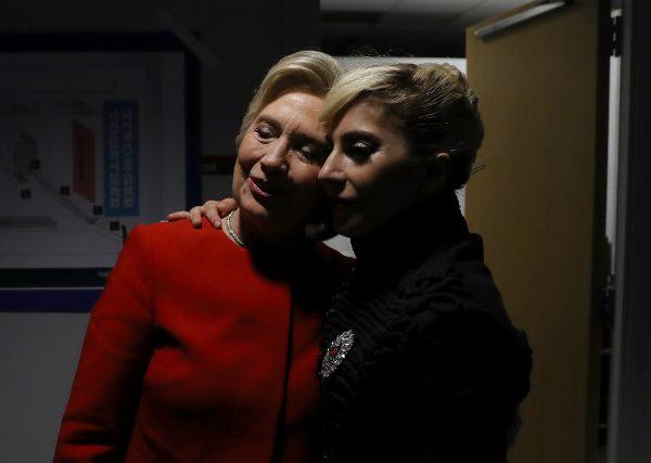 Hillary Clinton con la popstar Lady Gaga, sua sostenitrice