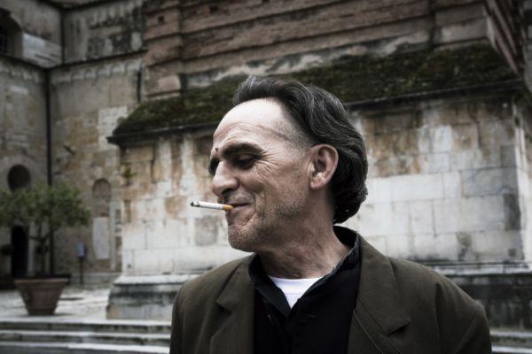 Giovanni Lindo Ferretti, fumatore incallito nonostante abbia avuto un tumore alla pleura