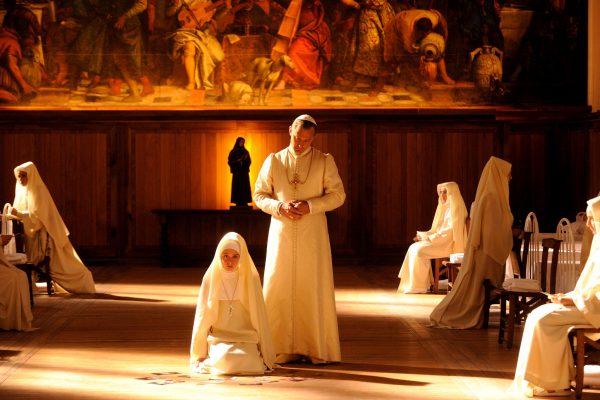 La fotografia di Luca Bigazzi ritrae un Vaticano abbacinante ed estetizzante