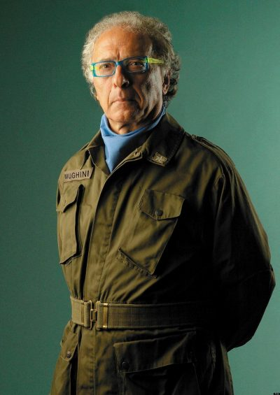 Giampiero Mughini in posa militaresca per il fotografo Pino Settanni
