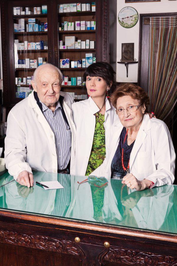 Giuseppe «Nino» Sgarbi con la figlia Elisabetta e la moglie «Rina» nella farmacia di Ro Ferrarese