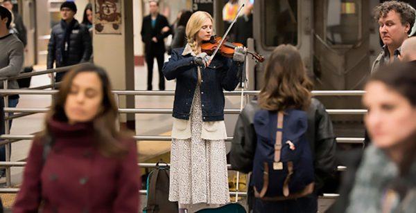 Prairie Johnson (Brit Marling) suona il violino per richiamare l'attenzione del padre