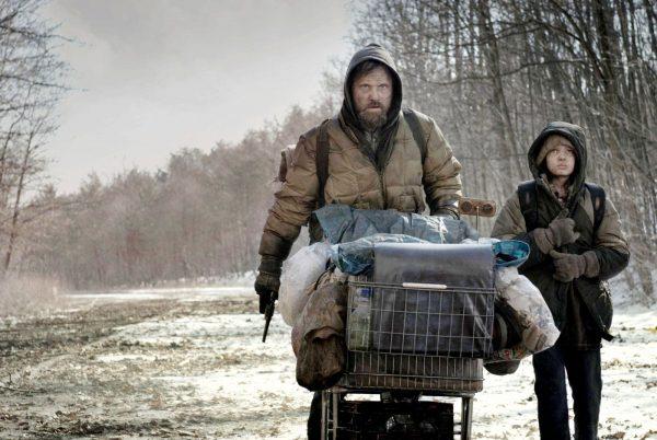 Viggo Mortensen e Kody Smith-McPhee in «La strada»