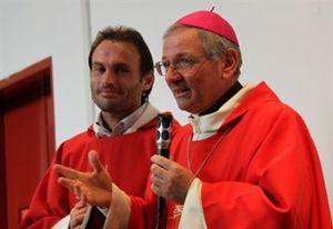 Don Marco Pozza con il vescovo Claudio Cipolla in carcere
