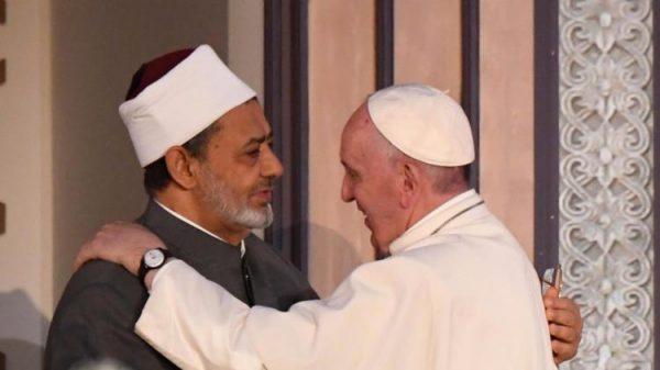 Il saluto di papa Francesco all'imam Ahmad al-Tayyib in Egitto