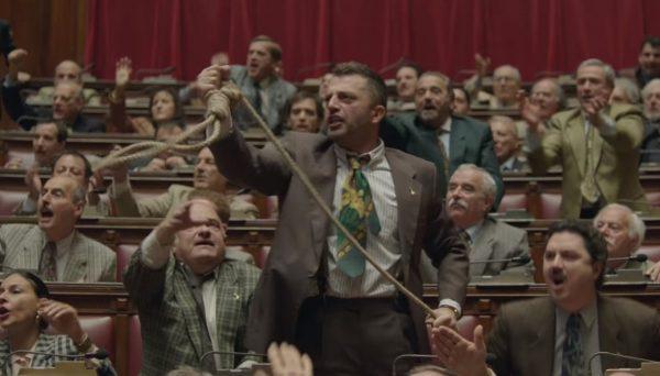 Pietro Bosco (Guido Caprino) agita il cappio in Parlamento