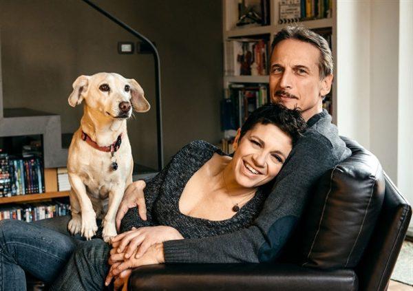 Cesare Bocci con la compagna Daniela Spada e uno dei loro cani